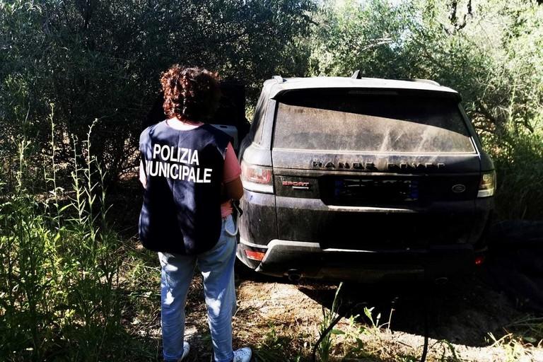 Nascoste nelle campagne di Barletta, la Polizia Locale ritrova due auto rubate