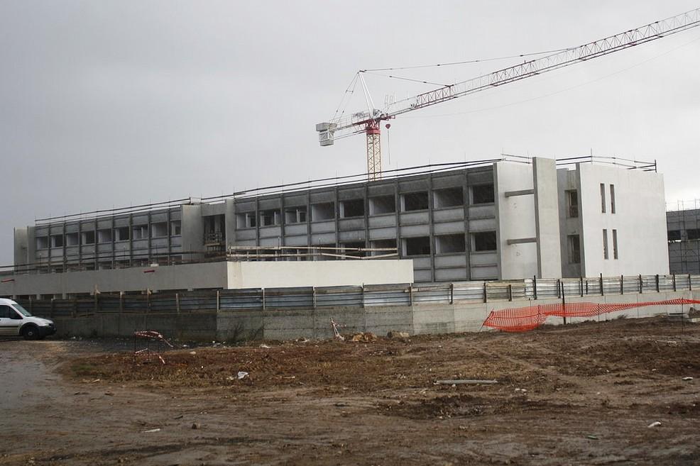 Nuova scuola a Patalini, «cantiere infinito in stato di abbandono»