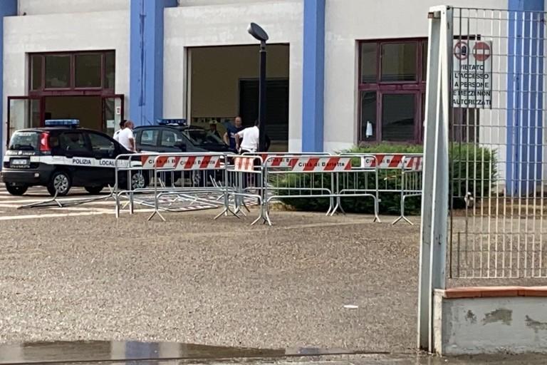 PalaBorgia, il maltempo distrugge la porta d'ingresso