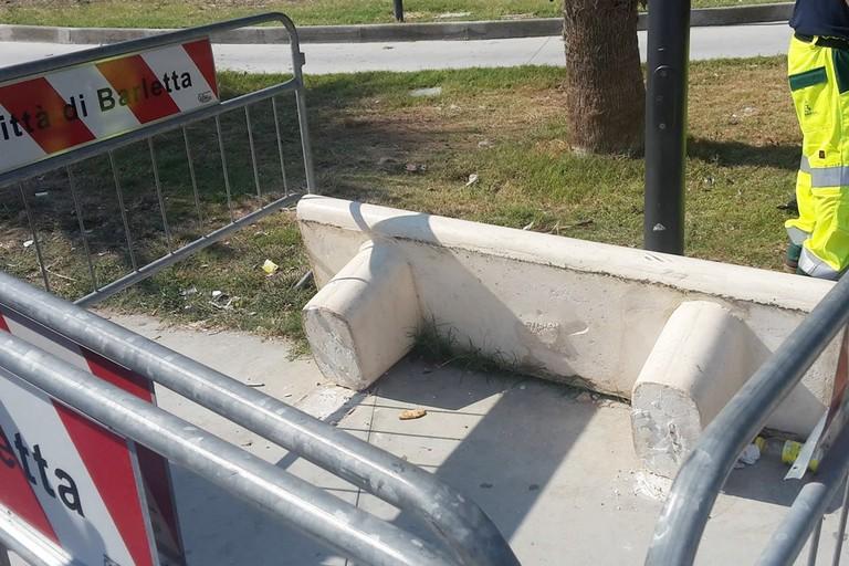 Panchina divelta nel parco