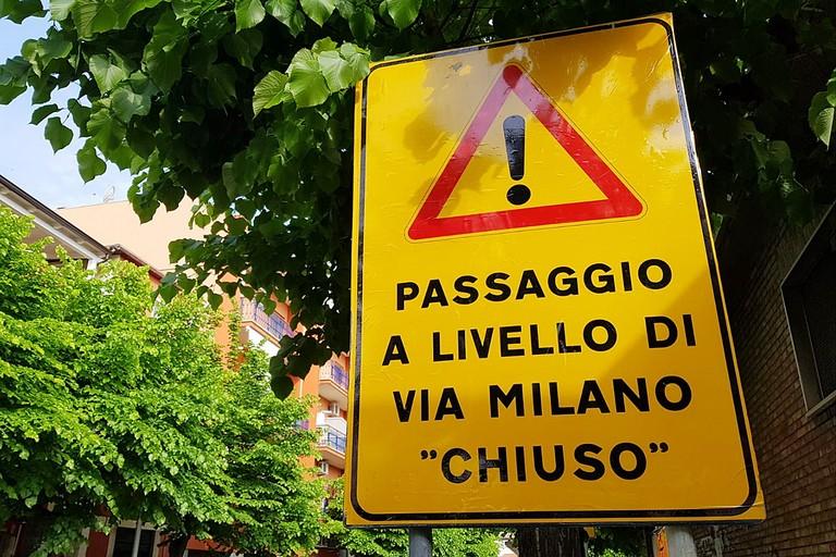 Passaggio a livello di via Milano chiuso