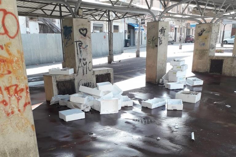 Piazza Divittorio di nuovo sommersa dai rifiuti