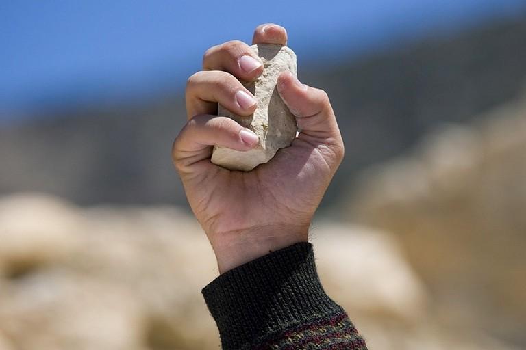Lancia pietre ai ragazzi che non volevano pagare il posteggio abusivo, un arresto a Barletta