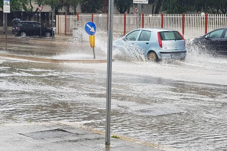 Pioggia e fiumi d'acqua su Barletta