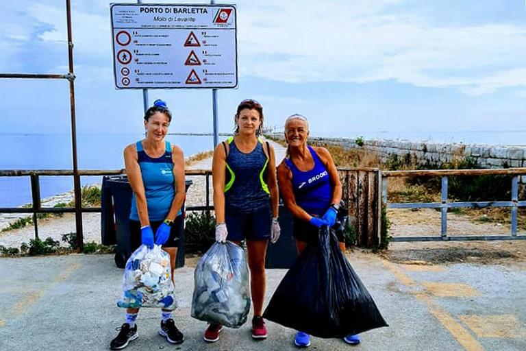 Raccolta di rifiuti al molo di Levante