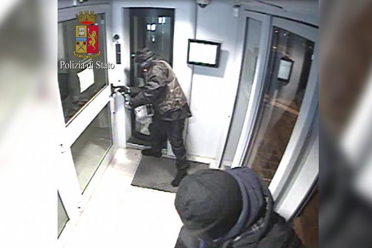 Assalto al bancomat in via Canosa con una carica esplosiva, arrestato un 42enne