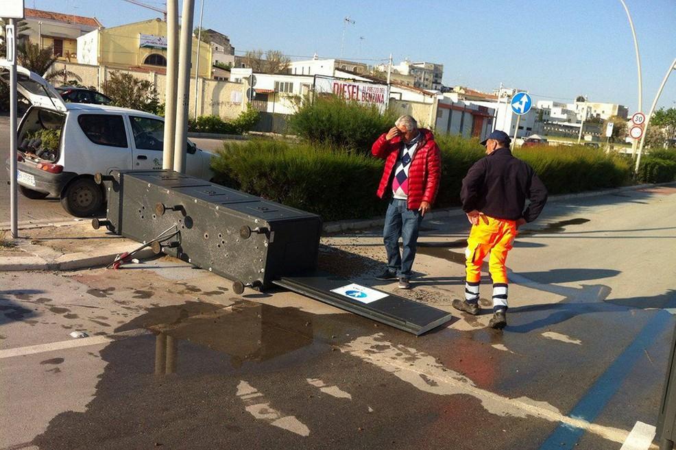 Vandalismo a Ponente, abbattuta la barriera dell'area pedonale