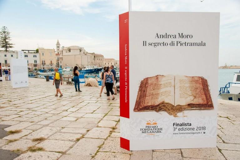 Libri giganti al porto di Trani