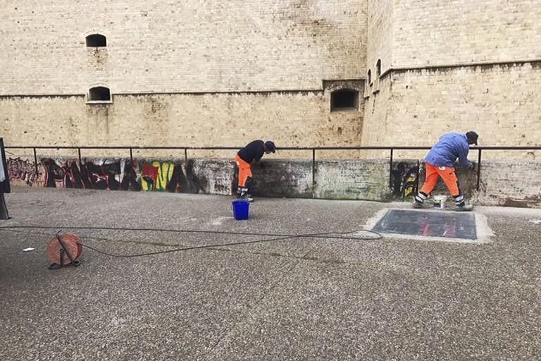 Pulizia dei graffiti al Castello