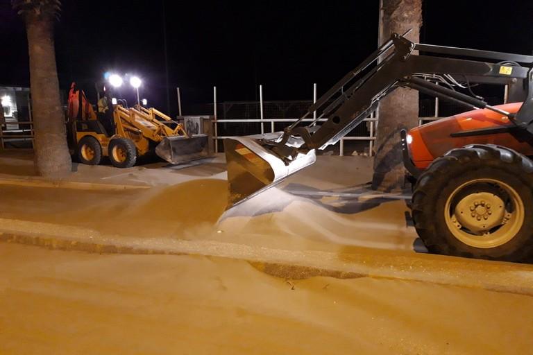 Rimozione sabbia sulla litoranea