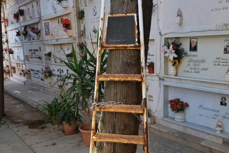 Scale incatenate al cimitero di Barletta