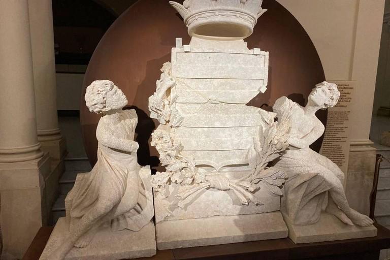 Scultura stemma città di Barletta