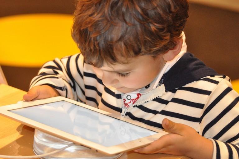 Bambino gioca col tablet