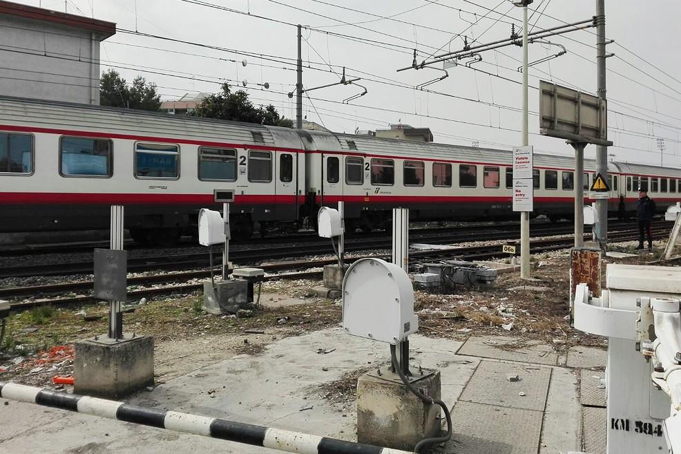 Tragedia in via Andria, ragazza investita dal treno (Foto Francesca Piazzolla)
