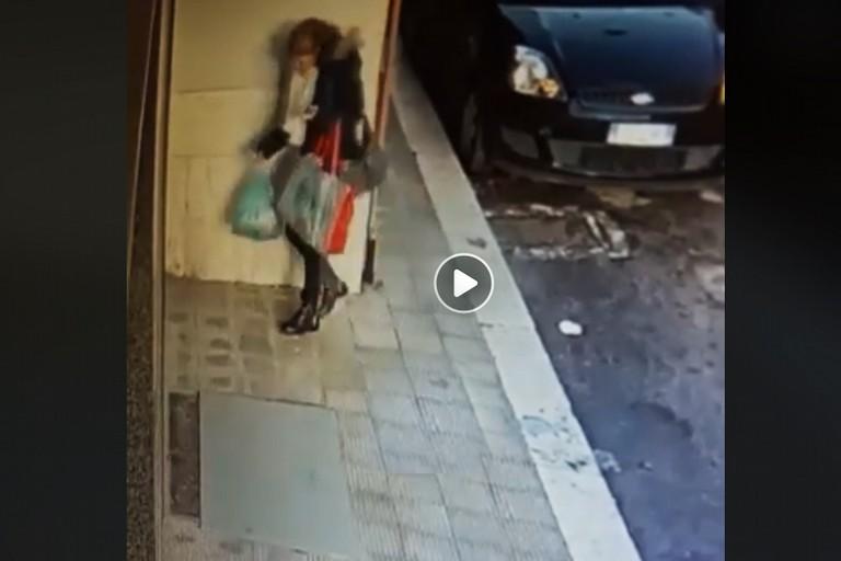 Il video del sacchetto abbandonato