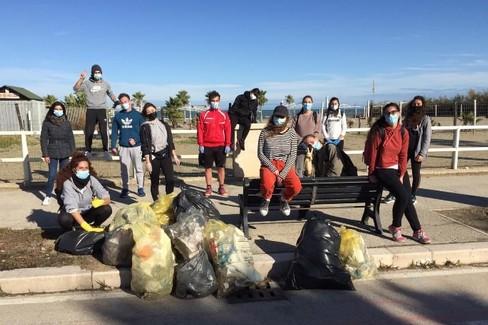 Volontari in azione a Barletta per ripulire la litoranea