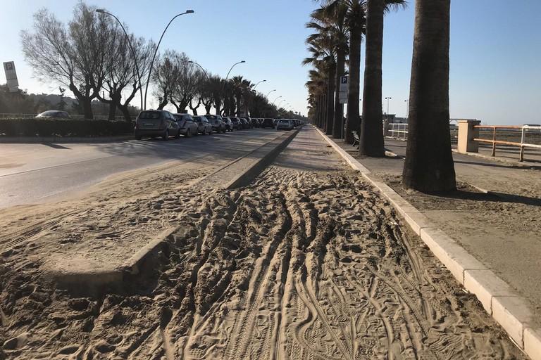 Sabbia sulla pista ciclabile a Ponente