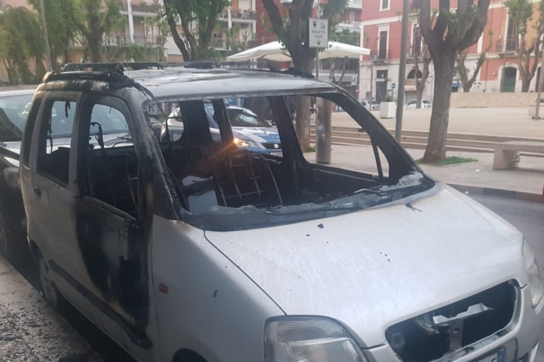 Auto divorata dalle fiamme in Piazza Federico di Svevia