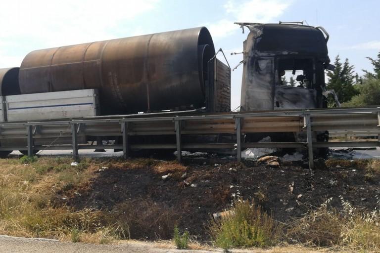 Autocarro in fiamme sulla SS16bis