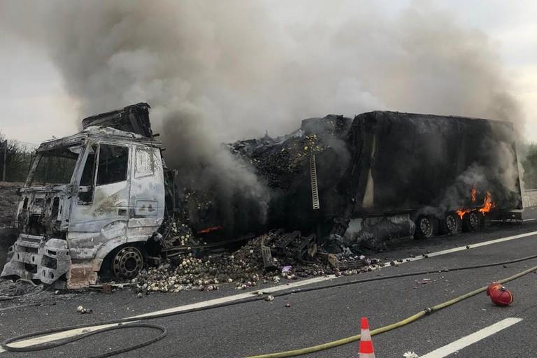 Tir in fiamme sulla A14