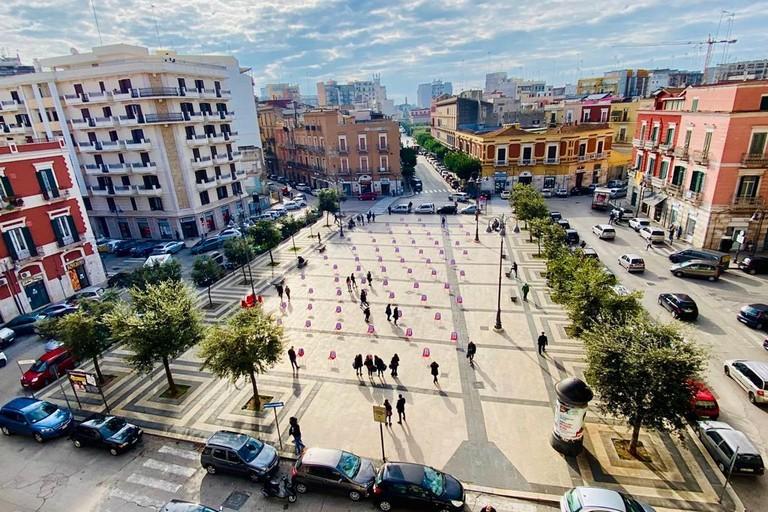 Sedie rosse in piazza Moro